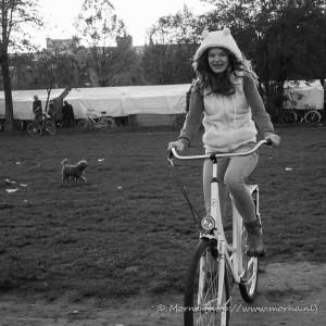 meisje-op-fiets-en-hond