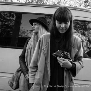 twee_meisjes_voor_busje